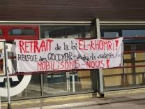 """""""Et retrait et retrait de la loi El Khomri!"""""""