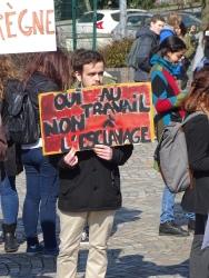Plusieurs étudiants ont fait leur propre pancarte