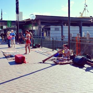 Démonstration de didgeridoo à Circular Quay, Sydney