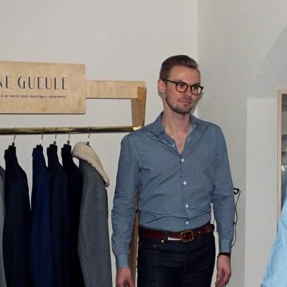 Joris profite du showroom pour conseiller lors des essayages. © Hélène Monnier