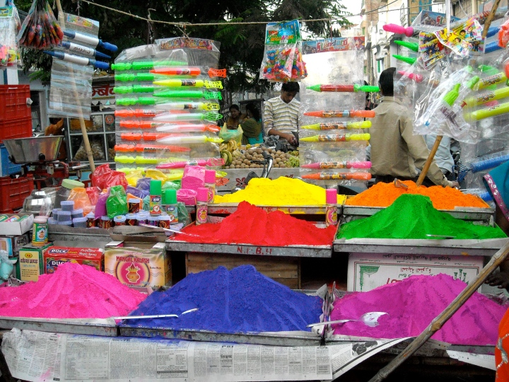 Holi_Powder_and_Water_Guns_(Pitchkaris)_on_Sale_Rajasthan_India_2009.jpg