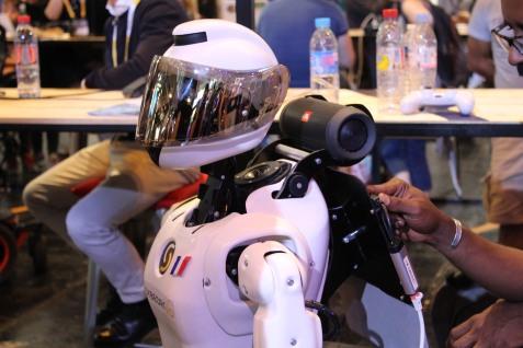 """Les petits robots """"sociaux"""" du salon. Crédits : Léa Gorius."""