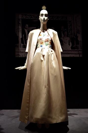 Robe brodée en satin portée par J. Kennedy en 1961 @manonvanpeene