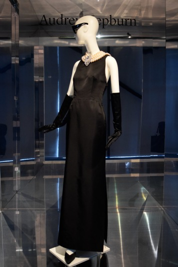 """Robe fourreau en satin portée par A.Hepburn dans le film Diamants sur canapé"""" en 1960 @manonvanpeene"""