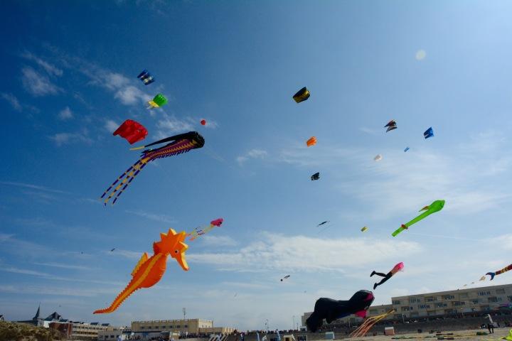 Des cerf-volants qui ondulent selon le vent