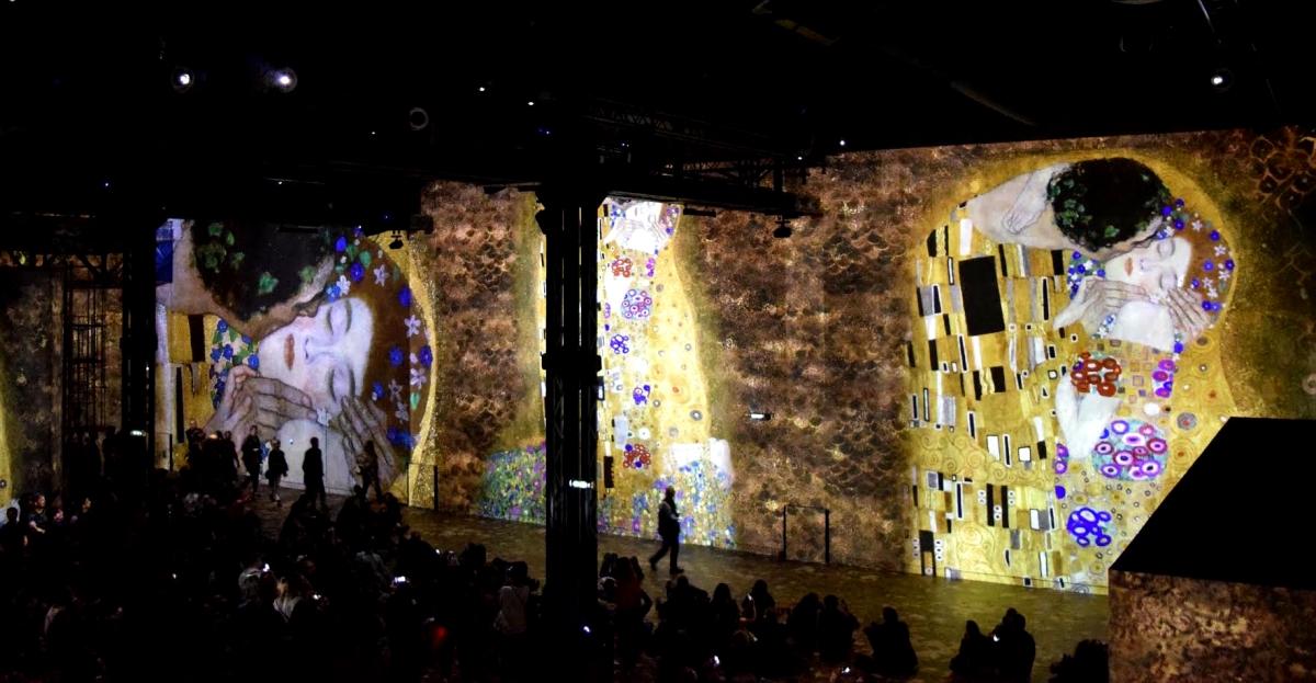 Atelier des Lumières : voyage immersif au cœur des dorures de Gustav Klimt